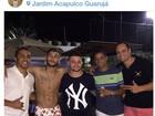 De férias no Brasil, Neymar curte festa bem à vontade: só de sunga