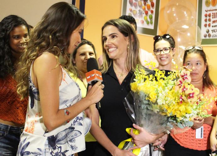Deborah dá entrevista nos bastidores (Foto: Maria Eduarda Freitas/Gshow)