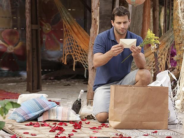 Cassiano deixa tudo pronto para receber Ester (Foto: Flor do Caribe / TV Globo)