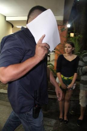 Homem que seria segurança pessoal de Justin Bieber deixa a 15ª DP, na Gávea, Zona Sul do Rio (Foto: Marcello Sá Barretto e Dilson Silva/ Ag. News)
