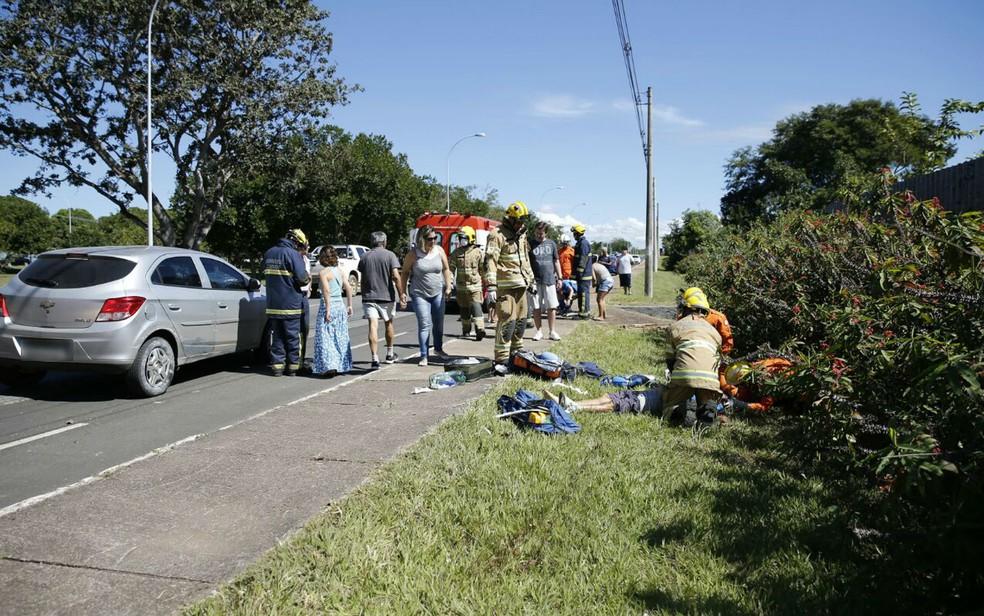 Bombeiros tentam reanimar ciclista de 60 anos após ser atropelado por motorista embriagada no DF (Foto: Corpo de Bombeiros/Divulgação)