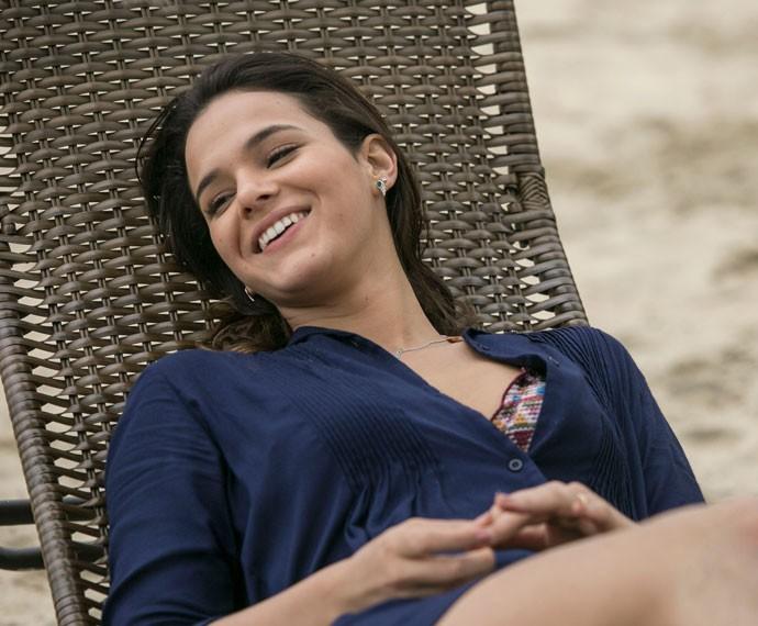 Linda! Bruna Marquezine relaxa durante as gravações (Foto: Raphael Dias/Gshow)