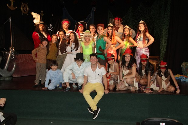 Nikki Meneghel e o elenco da pe�a O novo Peter Pan (Foto: Robson Moreira/Fotorio News)