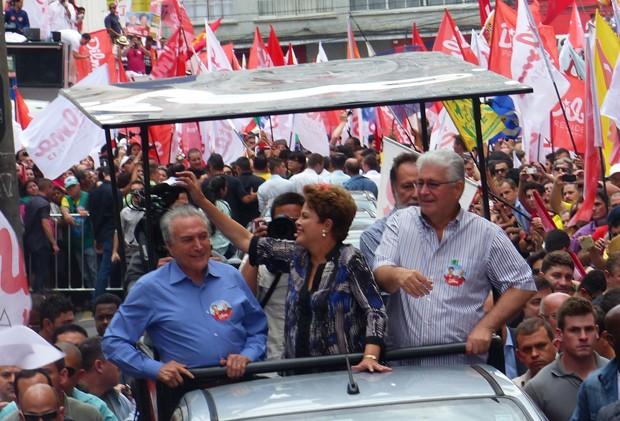 A presidente Dilma Rousseff durante carreata em Curitiba, no Paraná (Foto: Fernando Castro/G1 PR)