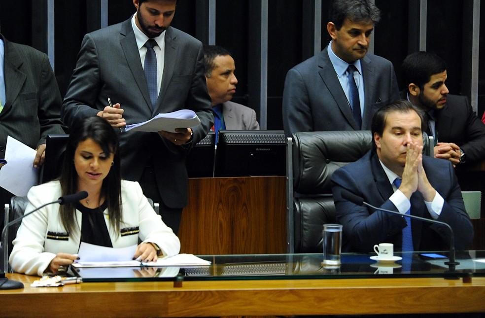 Ao lado do presidente da Câmara, Rodrigo Maia (DEM-RJ), a deputada Mariana Carvalho (PSDB-RO) fez a leitura em plenário da denúncia contra o presidente Michel Temer (Foto: Luis Macedo/Câmara dos Deputados)