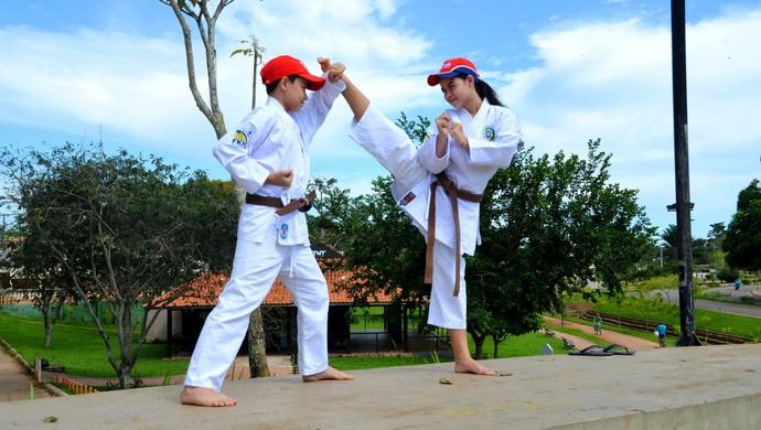 Ingrid e João Eduardo Mitsonori disputarão Nacional de caratê em Salvador (Foto: Nathacha Albuquerque)