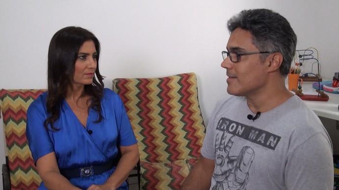 A repórter Adriana Nogueira entrevista o criador do Auts, Renato Barreto (Foto: TV Bahia)