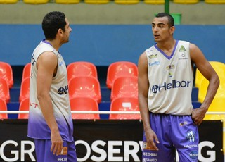 Filipin e Jimmy treino Mogi Basquete (Foto: Bruno Rocha)