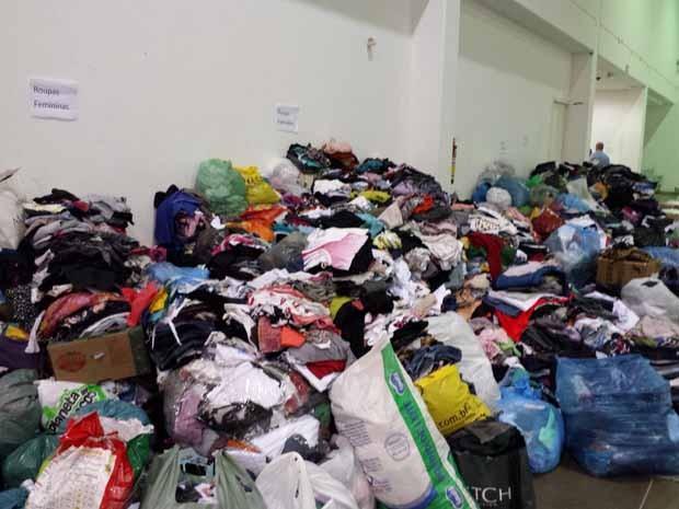 Roupas e alimentos chegam a todo momento no Centro de Convenções de Mariana. (Foto: Humberto Trajano/G1)