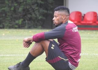 Michel Bastos sentiu dores no joelho esquerdo no treino desta quarta-feira