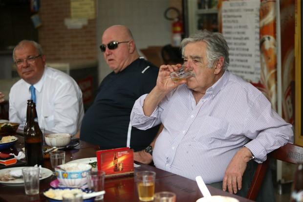 O ex-presidente do Uruguai José Mujica almoça em um boteco da Praça da Bandeira e bebe cerveja (Foto: Fábio Motta / Estadão Conteúdo)
