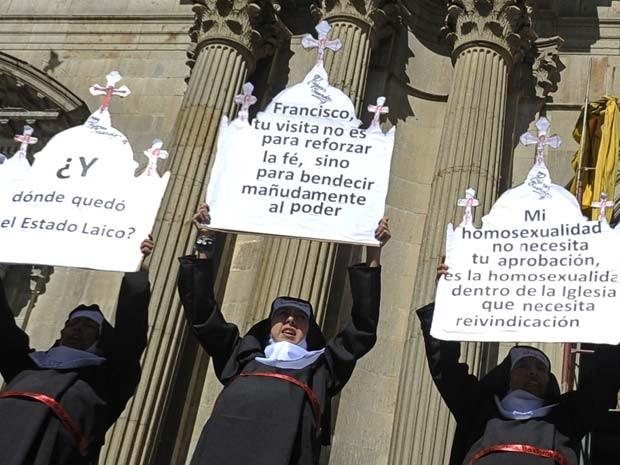 Membros do coletivo 'Mujeres Creando' protestam nesta segnda-feira (6) em La Paz contra visita do Papa à Bolívia (Foto: AFP PHOTO/Jorge Bernal)