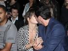 Deborah Secco e Rodrigo Lombardi trocam beijos em gravação no SPFW