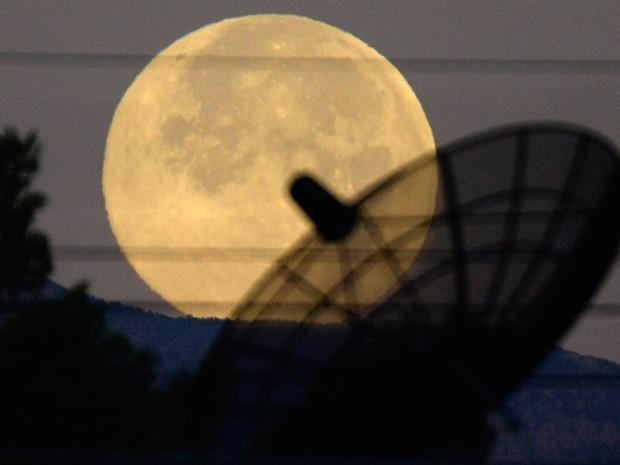 Superlua é vista nos céus de Las Vegas, neste sábado (12) (Foto: Reuters)