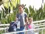 Katie Holmes passeia com a filha Suri sem sutiã