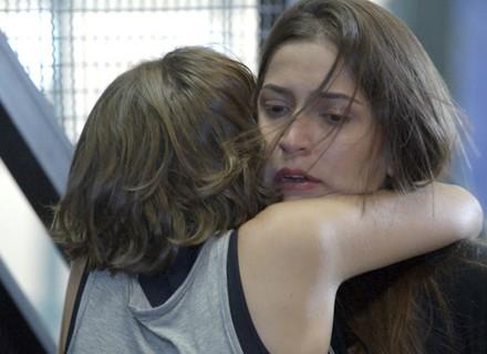 Emocionada, Karina abraça Nat