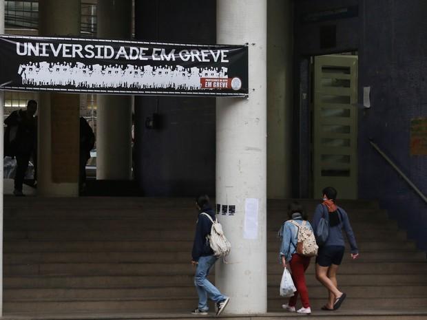 Reitoria da UFPR, em Curitiba, está ocupada desde segunda (31) (Foto: Giuliano Gomes/PR PRESS)