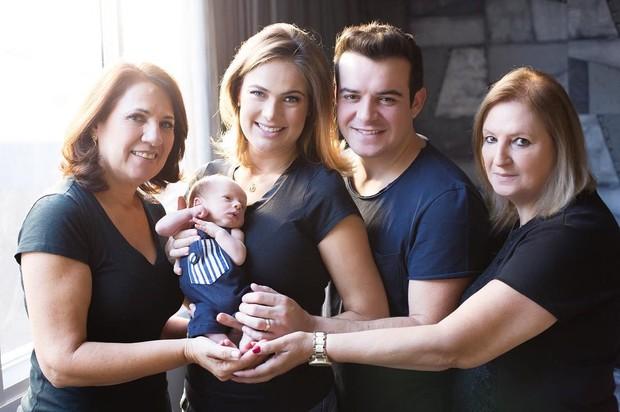 Thaís Pacholek e Belutti posam com o filho recém-nascido, Luis Miguel (Foto: Instagram / Reprodução)