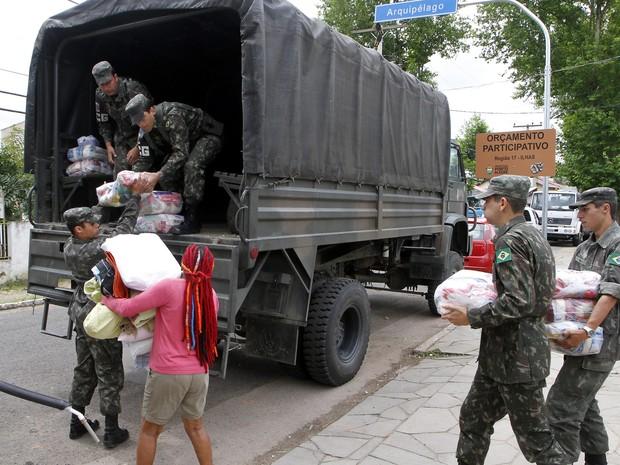 Equipes da prefeitura ajudam moradores afetados pela cheia na região das ilhas (Foto: Ivo Gonçalves/PMPA)