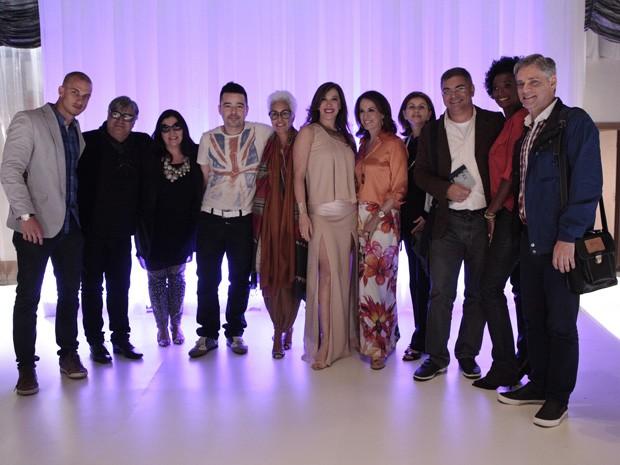 Claudia Raia faz posa com os convidados especiais (Foto: Salve Jorge/TV Globo)