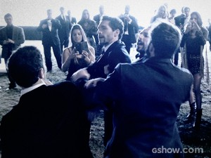 Gonzalez tenta bater em Bruno (Foto: O Rebu / TV Globo)