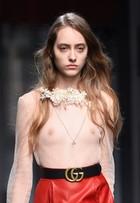 Modelos usam blusa transparente e deixam seios à mostra em desfile