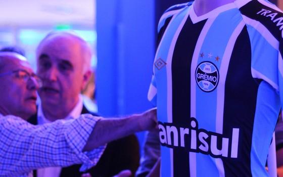 A camisa do Grêmio em 2015. Umbro fez negócio para que área dos ombros não tenha marcas de outros patrocinadores (Foto: Rodrigo Fatturi / Grêmio)