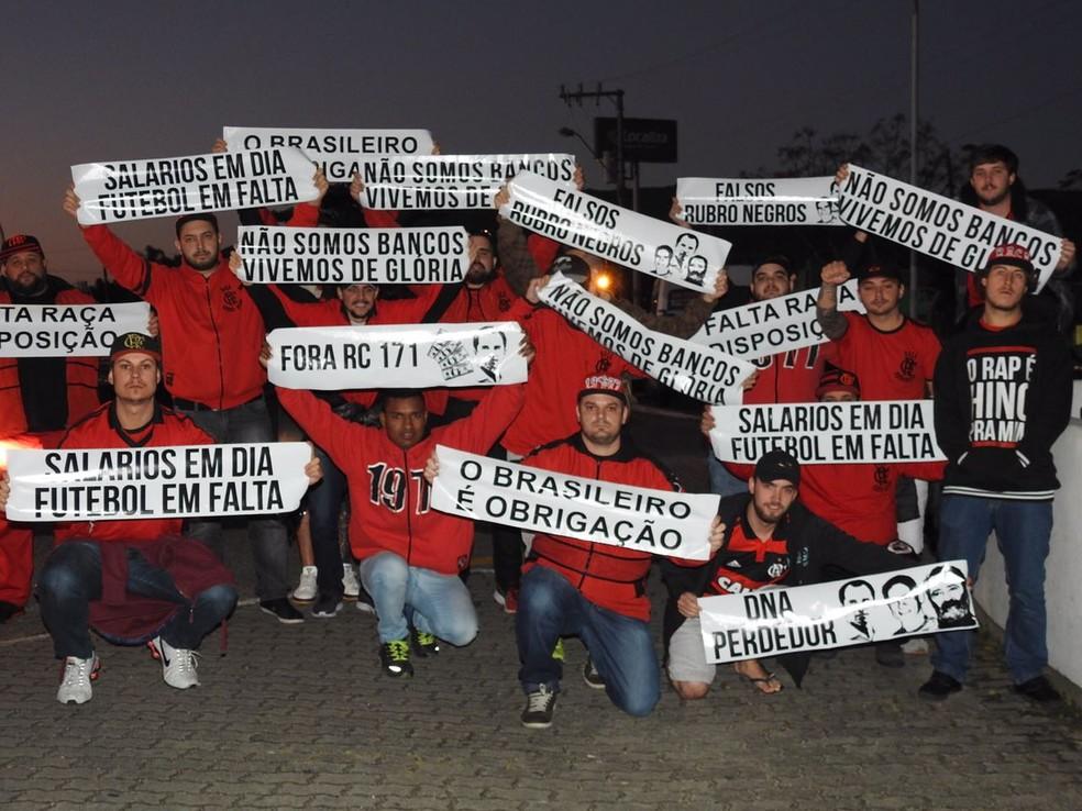 Torcedores levaram muitas faixas de protesto contra o time e a diretoria (Foto: Fred Gomes / GloboEsporte.com)
