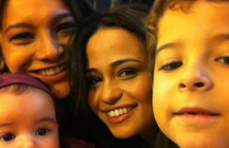 Nanda Costa com Dira Paes (Lucimar), Luiz Felipe Mello (Júnior) e Giovanna (Jéssica): 'Morena não poderia ter família melhor' Reprodução