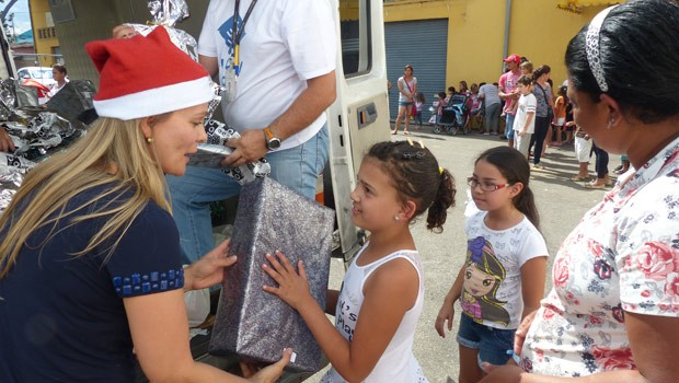 Crianças receberam brinquedos doados no Som de Natal da RPC TV (Foto: Divulgação/RPC TV)