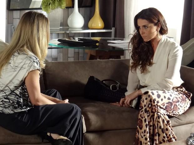 Helô conta para Antonia que Wanda está foragida (Foto: Salve Jorge/TV Globo)