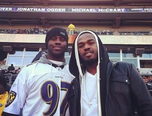 Jon Jones e seu irmão no jogo do Baltimore Ravens  (Foto: Reprodução Twitter)