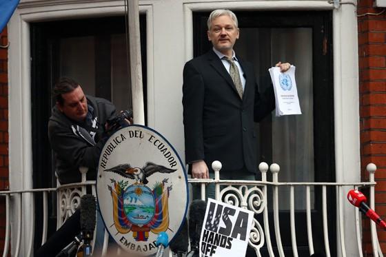 Julian Assange, fundador do WikiLeaks, na embaixada do Equador em Londres, onde está exilado desde 2012 (Foto: Carl Court/Getty Images)