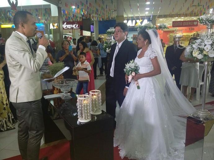 Muita emoção durante a celebração do casamento no 'Loucura de Amor' (Foto: Fernando Petrônio)