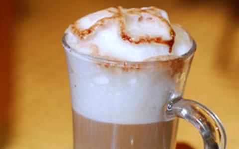 Mocaccino: café, calda de chocolate e espuma de leite