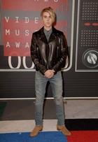 Justin Bieber exibe cabelos loiros durante o VMA 2015