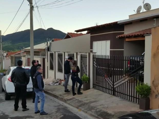 Policiais cumpriram quatro mandados de busca e apreensão em Andradas (MG) (Foto: Reprodução EPTV)