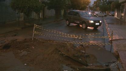 Buraco aberto pelo Daerp na Rua Santos Dumont causa transtornos no trânsito