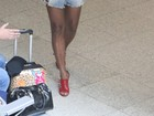 Adriana Bombom viaja de saia curtinha e salto alto