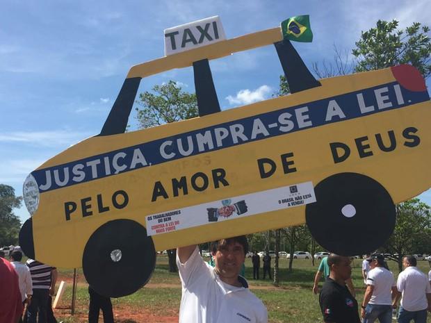 Cartaz de táxi feito por manifestante para carreata que cobra aprovação de projeto de lei que, na prática, proíbe Uber no Brasil (Foto: Alexandre Bastos/G1)