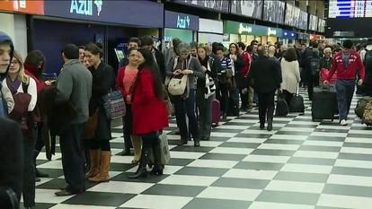 Passageiros enfrentam filas no check-in do Aeroporto de Congonhas, em SP