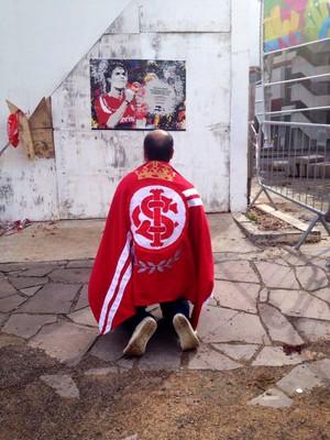 Fernandao homenagem beira-rio torcedor ajoelhado (Foto: Eduarda Streb/RBS TV)