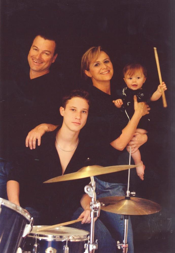 Por que será que a Rafa Gomes gosta de música desde pequena? Olha que linda a foto dela com a família! (Foto: Arquivo pessoal)