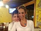Valesca Popozuda ganha chamego do filho durante jantar