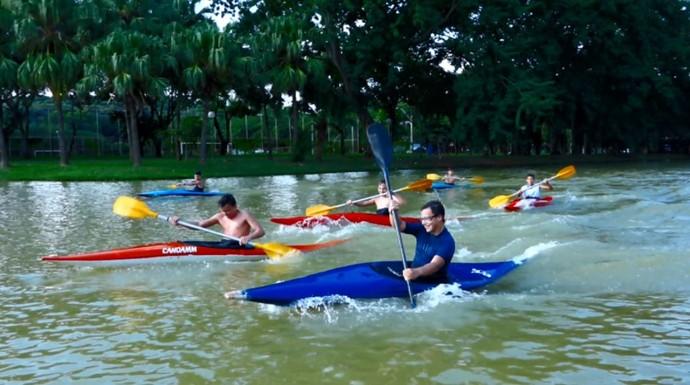 Grupo de jovens canoístas praticam o esporte no Parque da Rua do Porto, em Piracicaba (SP) (Foto: reprodução EPTV)