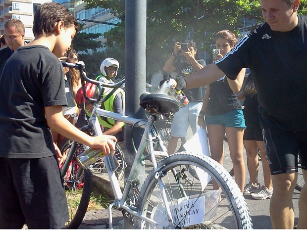 """Crianças pintaram a bicicleta de branco para que ela se torne """"uma bicicleta fantasma"""" (Foto: Lilia Quaino / G1)"""