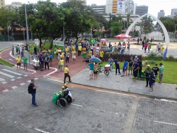 Manifestantes se reuniram na Praça Portugal em apoio à operação Lava Jato (Foto: Leandro Silva/ TV Verdes Mares)