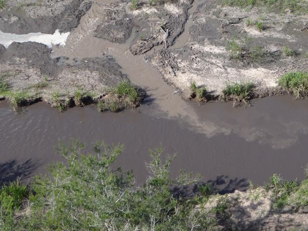 Água turva é lançada no Rio Gravataí, na Região Metropolitana de Porto Alegre (Foto: Divulgação/Comando Ambiental da Brigada Militar)