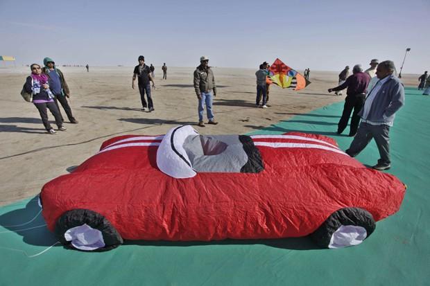 Pipa curiosa tem o formato de automóvel (Foto: Ajit Solanki/AP)