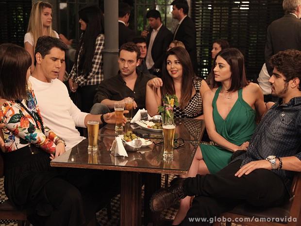 Silvia dá o maior ponto para Jonas no bar dos médicos... (Foto: Jacson Vogel / TV Globo)